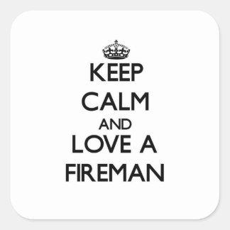 Guarde la calma y ame a un bombero pegatina cuadrada
