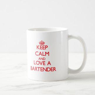 Guarde la calma y ame a un camarero taza de café