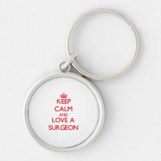 Guarde la calma y ame a un cirujano llavero redondo plateado