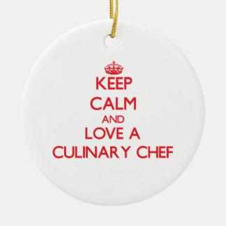 Guarde la calma y ame a un cocinero culinario adorno navideño redondo de cerámica
