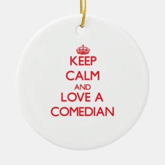 Guarde la calma y ame a un cómico adorno navideño redondo de cerámica