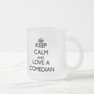Guarde la calma y ame a un cómico taza de café