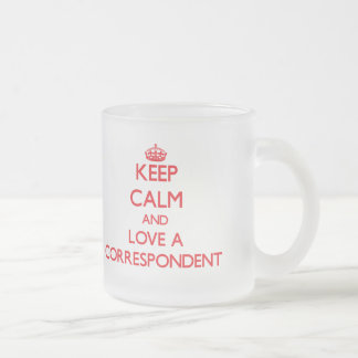 Guarde la calma y ame a un correspondiente taza de café