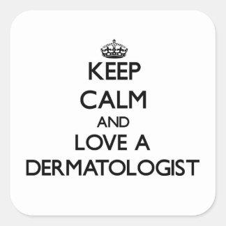 Guarde la calma y ame a un dermatólogo calcomania cuadradas