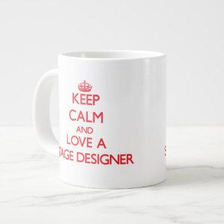 Guarde la calma y ame a un diseñador de etapa taza extra grande