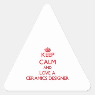 Guarde la calma y ame a un diseñador de la pegatina triangular