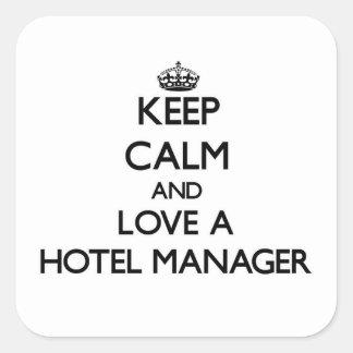 Guarde la calma y ame a un encargado de hotel pegatina cuadrada