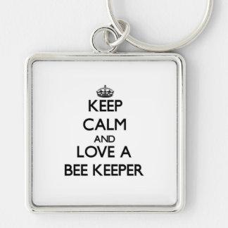 Guarde la calma y ame a un encargado de la abeja llavero cuadrado plateado