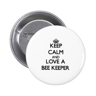 Guarde la calma y ame a un encargado de la abeja pin redondo 5 cm