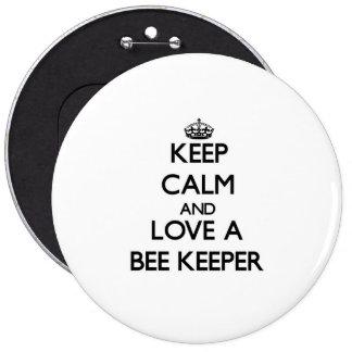 Guarde la calma y ame a un encargado de la abeja pin redondo 15 cm