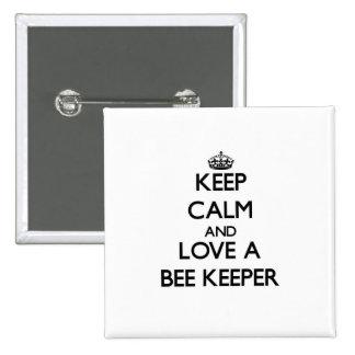Guarde la calma y ame a un encargado de la abeja pin cuadrada 5 cm