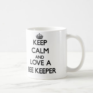 Guarde la calma y ame a un encargado de la abeja taza básica blanca