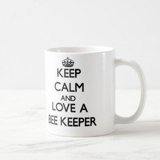 Guarde la calma y ame a un encargado de la abeja taza de café