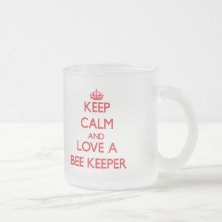 Guarde la calma y ame a un encargado de la abeja taza de cristal