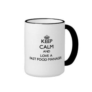 Guarde la calma y ame a un encargado de los alimen tazas de café