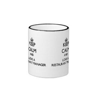 Guarde la calma y ame a un encargado del restauran taza