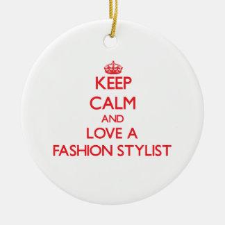 Guarde la calma y ame a un estilista de la moda adorno navideño redondo de cerámica