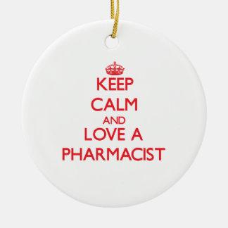 Guarde la calma y ame a un farmacéutico adorno navideño redondo de cerámica