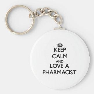 Guarde la calma y ame a un farmacéutico llavero redondo tipo pin