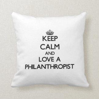 Guarde la calma y ame a un filántropo almohadas