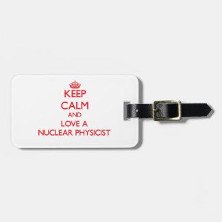 Guarde la calma y ame a un físico nuclear etiquetas maletas