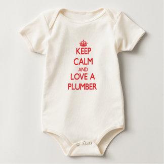 Guarde la calma y ame a un fontanero mameluco de bebé