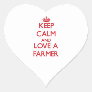 Guarde la calma y ame a un granjero calcomanías de corazones