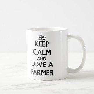 Guarde la calma y ame a un granjero taza básica blanca