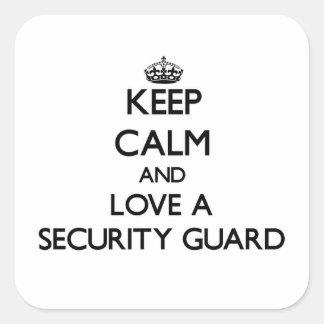 Guarde la calma y ame a un guardia de seguridad pegatina cuadrada