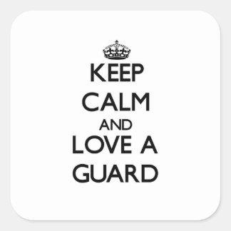 Guarde la calma y ame a un guardia calcomanía cuadrada personalizada