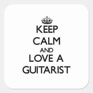 Guarde la calma y ame a un guitarrista pegatina cuadrada