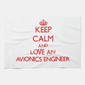 Guarde la calma y ame a un ingeniero de la aviónic toallas de cocina