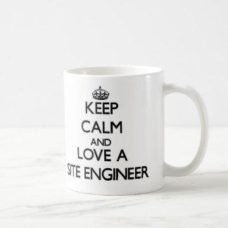 Guarde la calma y ame a un ingeniero del sitio taza básica blanca