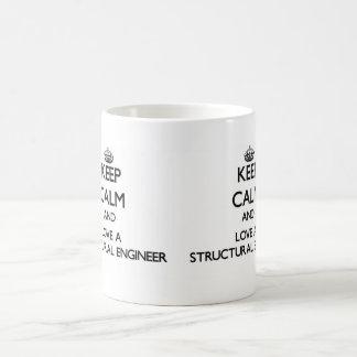 Guarde la calma y ame a un ingeniero estructural taza básica blanca