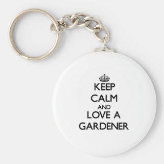 Guarde la calma y ame a un jardinero llaveros personalizados