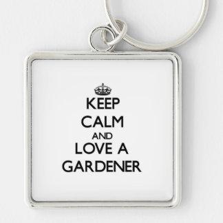 Guarde la calma y ame a un jardinero llavero cuadrado plateado