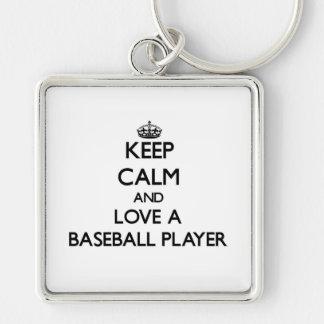 Guarde la calma y ame a un jugador de béisbol llavero cuadrado plateado