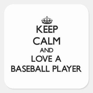 Guarde la calma y ame a un jugador de béisbol pegatina cuadrada