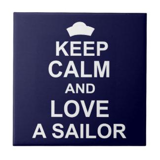 Guarde la calma y ame a un marinero azulejo cuadrado pequeño