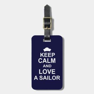 Guarde la calma y ame a un marinero etiqueta de maleta