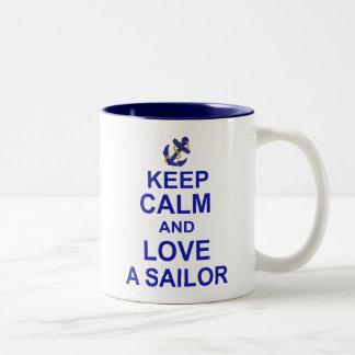 Guarde la calma y ame a un marinero taza dos tonos