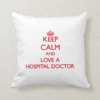 Guarde la calma y ame a un médico de hospital cojines