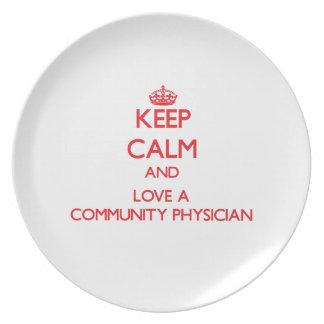 Guarde la calma y ame a un médico de la comunidad platos para fiestas