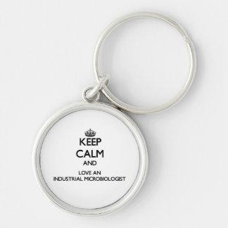 Guarde la calma y ame a un microbiólogo industrial llaveros personalizados