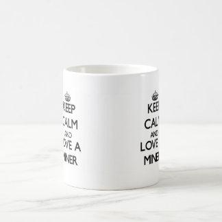 Guarde la calma y ame a un minero taza básica blanca