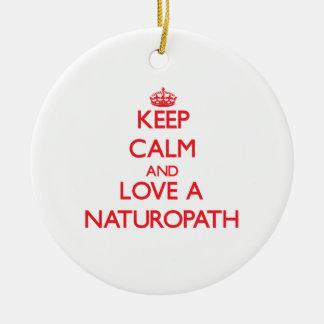 Guarde la calma y ame a un Naturopath Adorno Navideño Redondo De Cerámica