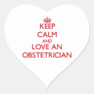 Guarde la calma y ame a un obstétrico calcomania corazon