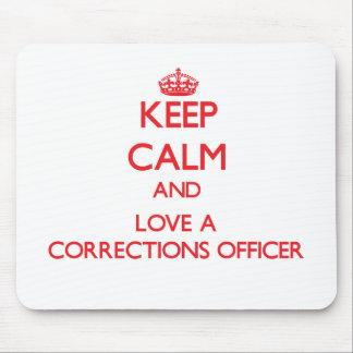 Guarde la calma y ame a un oficial de correcciones alfombrilla de raton