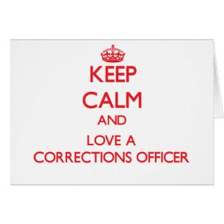 Guarde la calma y ame a un oficial de correcciones tarjeta de felicitación