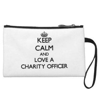 Guarde la calma y ame a un oficial de la caridad